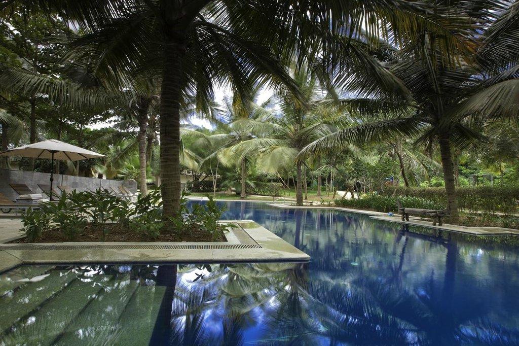 the-serai-kabini-pool-area