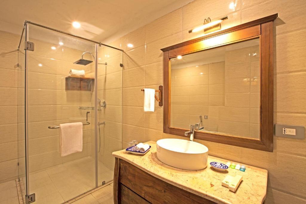 Regenta Resort Vanya Mahal Cottages Bathroom2