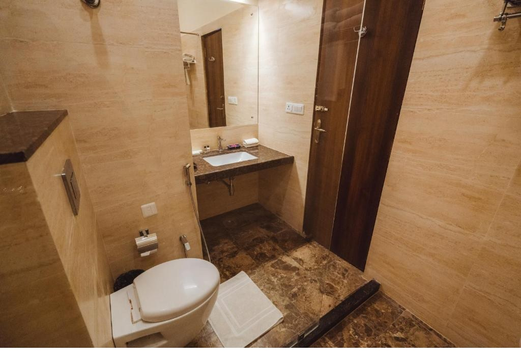 WelcomHeritage Mount Valley Resort Deluxe Bathroom1