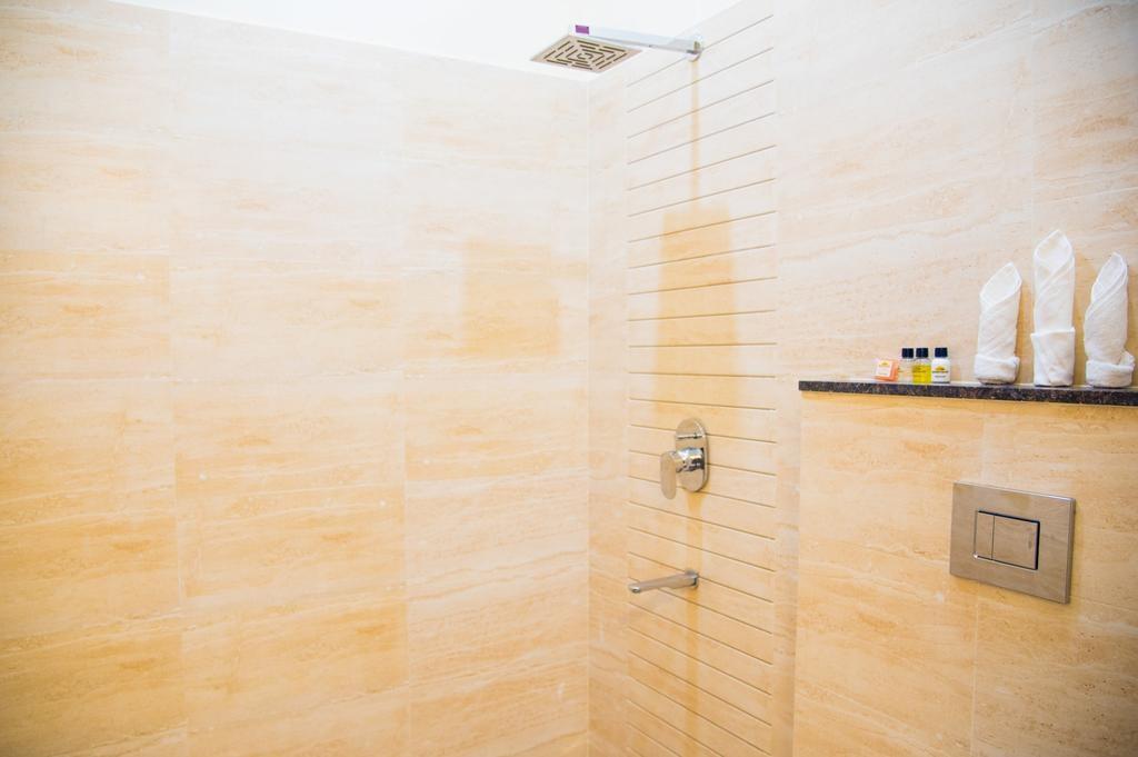 WelcomHeritage Mount Valley Resort Deluxe Shower